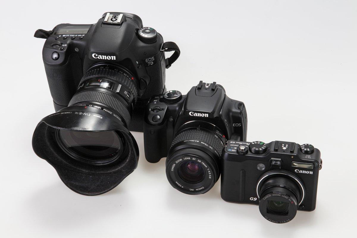 Van rechts naar links een compactcamera met zoeker, een klein model spiegelreflex en een groter model met extra handgreep/accuhouder.