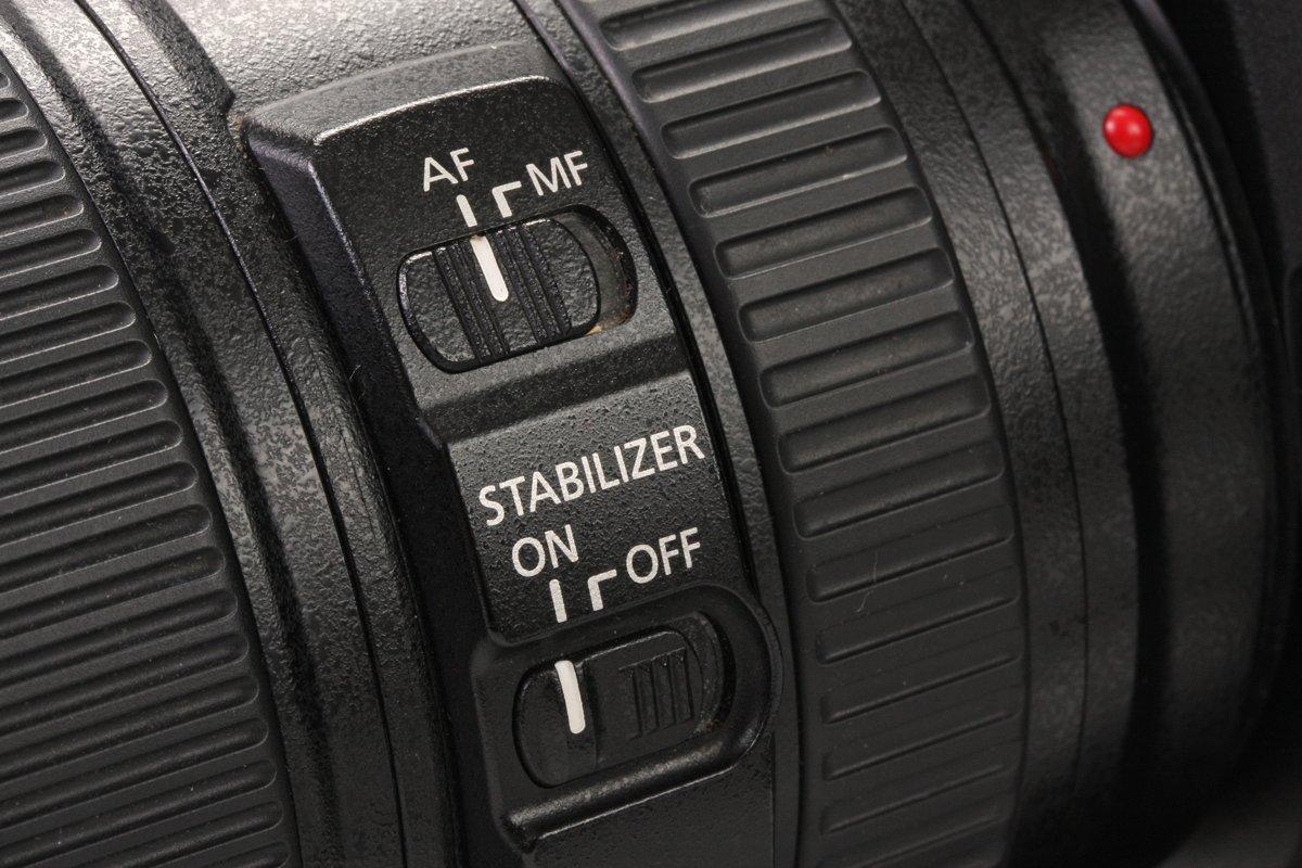 Zet de lens op autofocus (AF) om mee te beginnen, de 'Image Stabilizer' zorgt dat je minder snel een statief nodig hebt, dus die mag – indien aanwezig - ook aan.