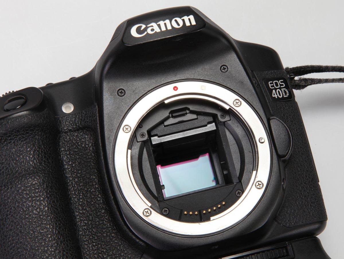 De camerasensor wordt zichtbaar wanneer je de lens van de spiegelreflexcamera neemt en de sluiter open zet.