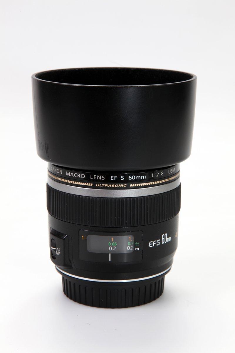Een 60 millimeter macrolens van Canon, een model dat niet op de full-frame camera's van dit merk gebruikt kan worden.