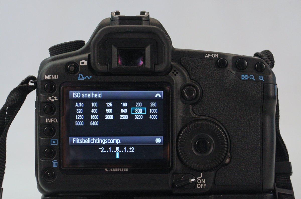 Bij reflexcamera's kan de gevoeligheid in het menu of in het lcd-paneel bovenop de camera aangepast worden.